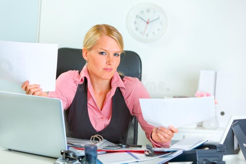 Mulher de negócio confusa na mesa de escritório imagem de stock