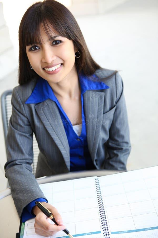 Mulher de negócio consideravelmente asiática fotos de stock