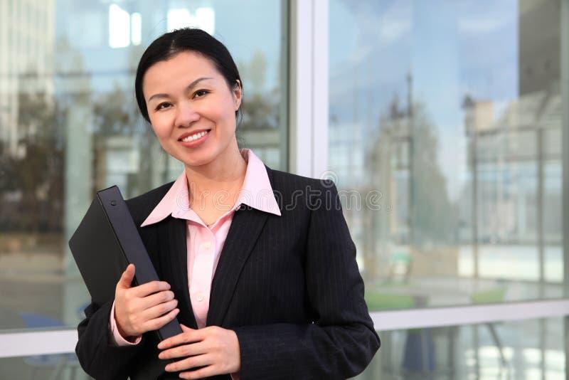 Mulher de negócio consideravelmente chinesa foto de stock royalty free