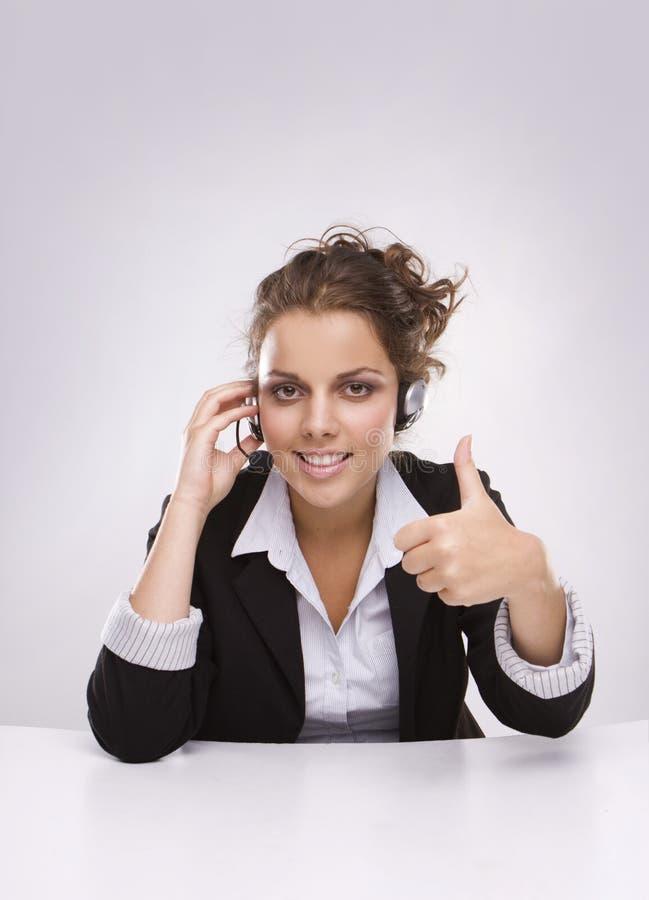 Mulher de negócio consideravelmente nova com polegar acima imagem de stock