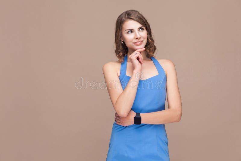 Mulher de negócio da solução que olha acima e que pensa imagem de stock