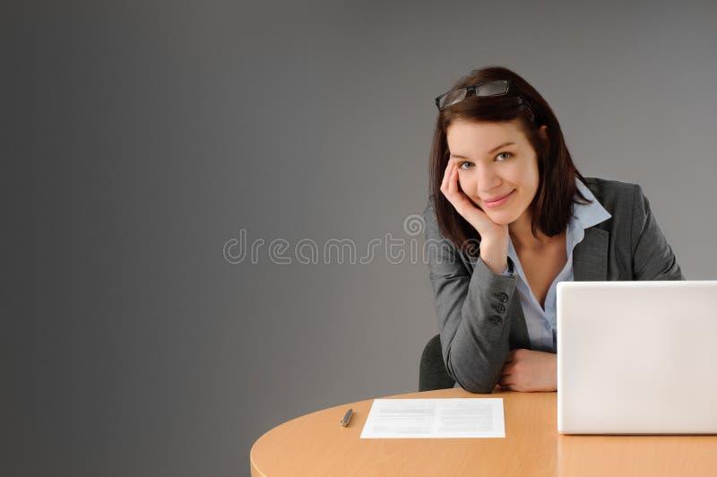 Mulher de negócio de Attractiv na mesa imagens de stock