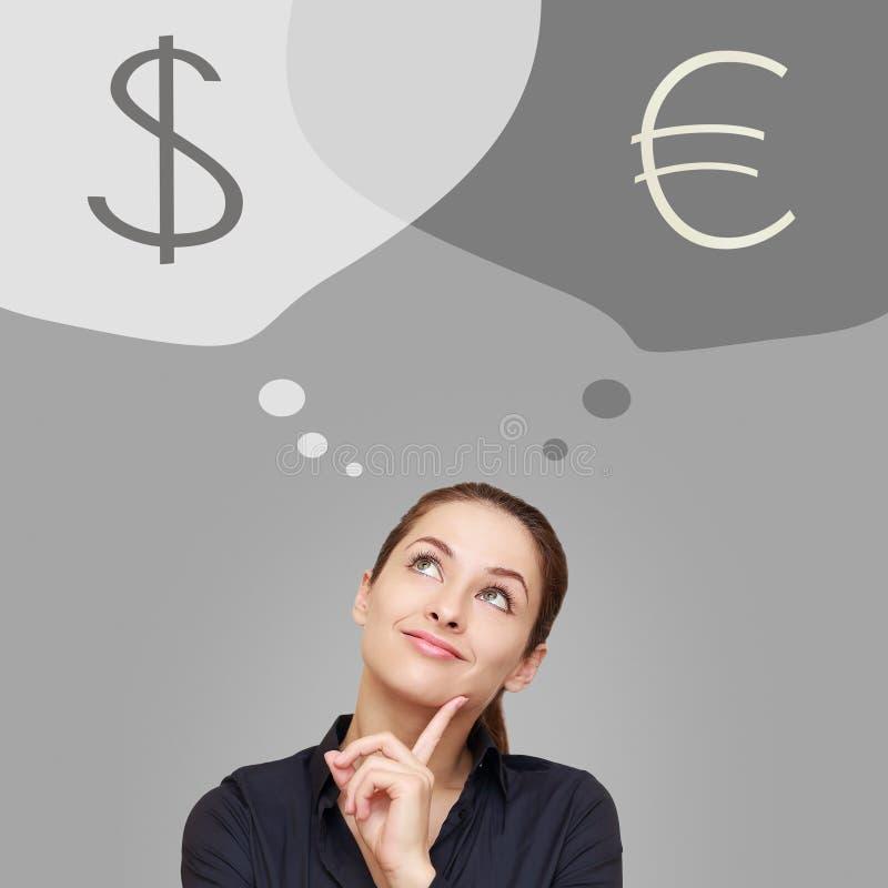 Mulher de negócio de pensamento que olha acima no dólar e na euro- moeda fotografia de stock royalty free