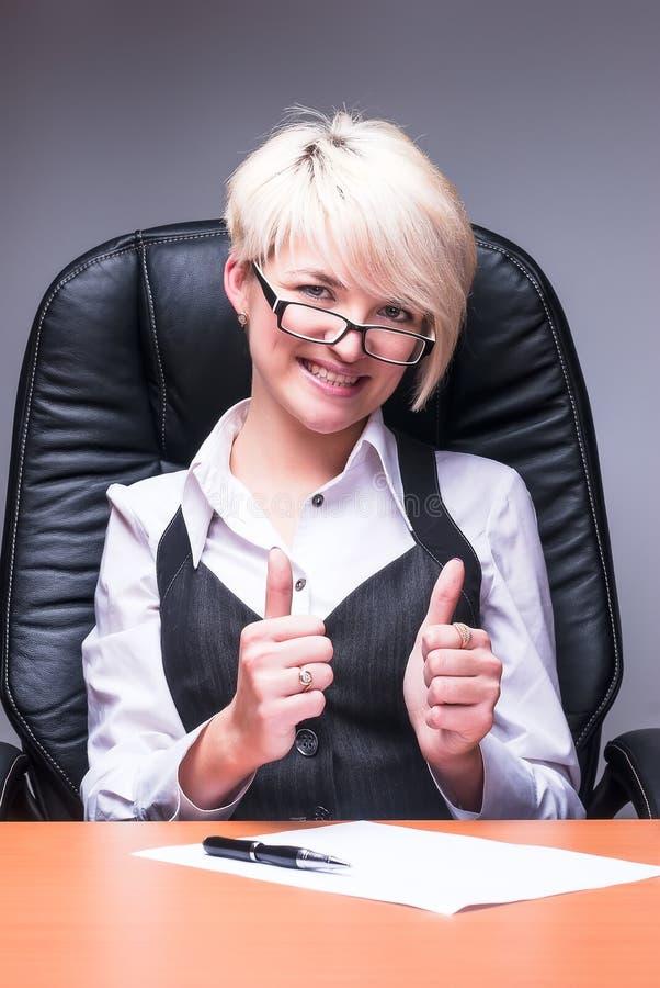 A mulher de negócio de sorriso bonita mostra o polegar acima imagens de stock