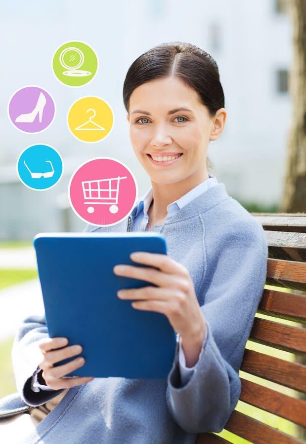 Mulher de negócio de sorriso com o PC da tabuleta na cidade imagem de stock