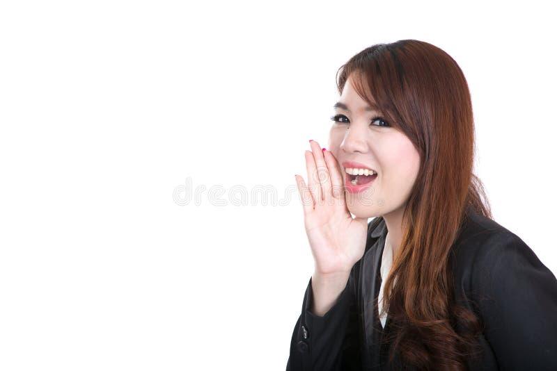 A mulher de negócio de sorriso do operador esperto, conceito fala no espaço vazio imagens de stock