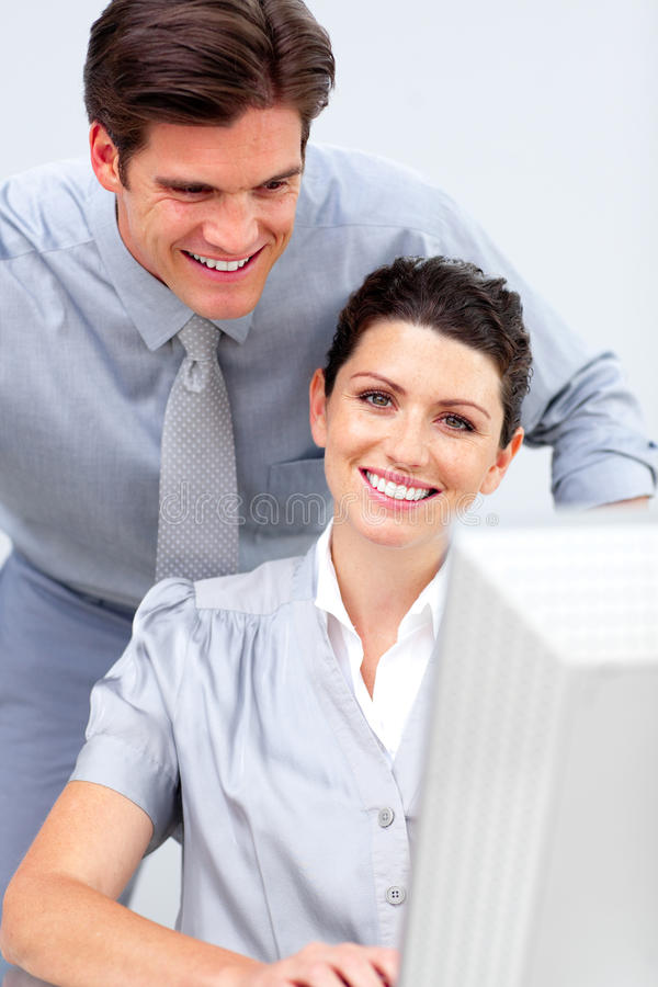 Download Mulher De Negócio De Sorriso E Seu Funcionamento Do Colega Imagem de Stock - Imagem de businessman, amigável: 12813711