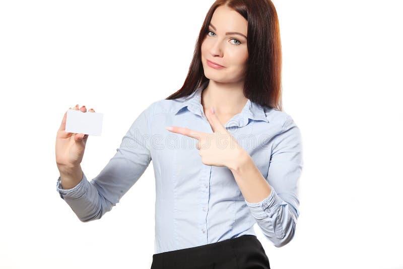 Mulher de negócio de sorriso que entrega um cartão vazio sobre o branco imagem de stock