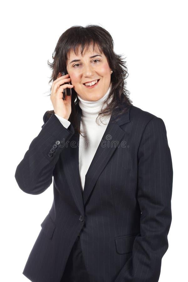Mulher de negócio de sorriso que fala com telefone foto de stock royalty free