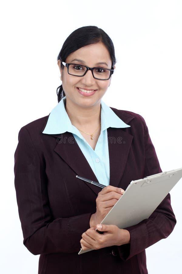 Mulher de negócio de sorriso que guarda uma prancheta imagens de stock royalty free