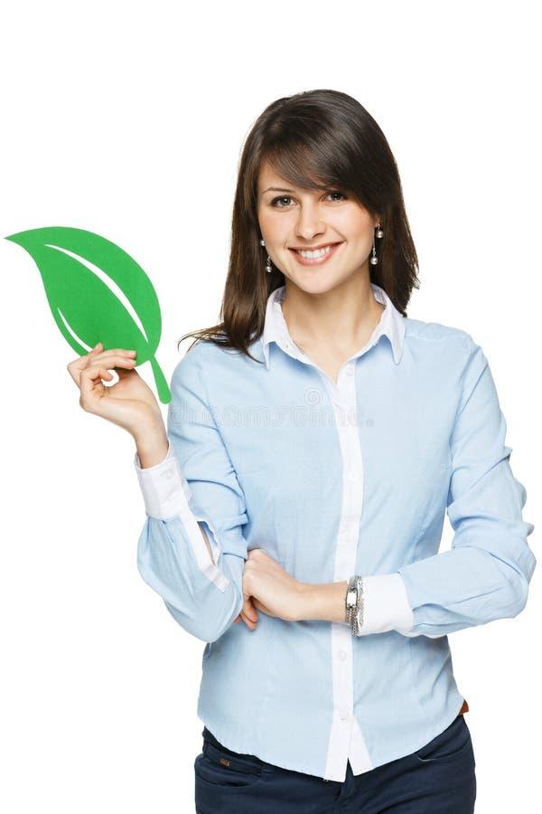 Mulher de negócio de sorriso que guardara a folha do eco imagem de stock