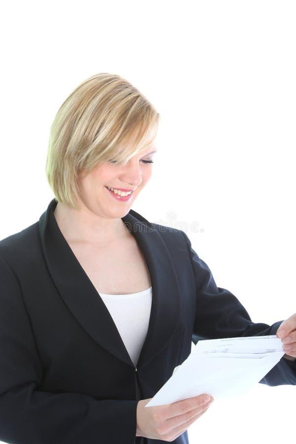 Mulher de negócio de sorriso que recebe a boa notícia imagem de stock