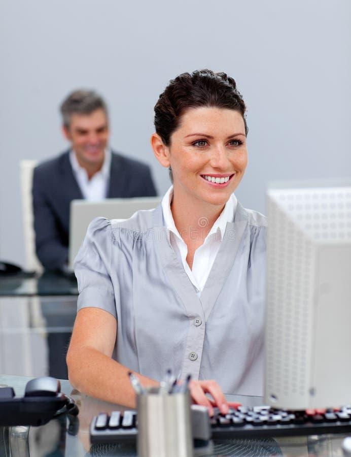 Download Mulher De Negócio De Sorriso Que Trabalha Em Um Computador Foto de Stock - Imagem de feliz, verificar: 12813794