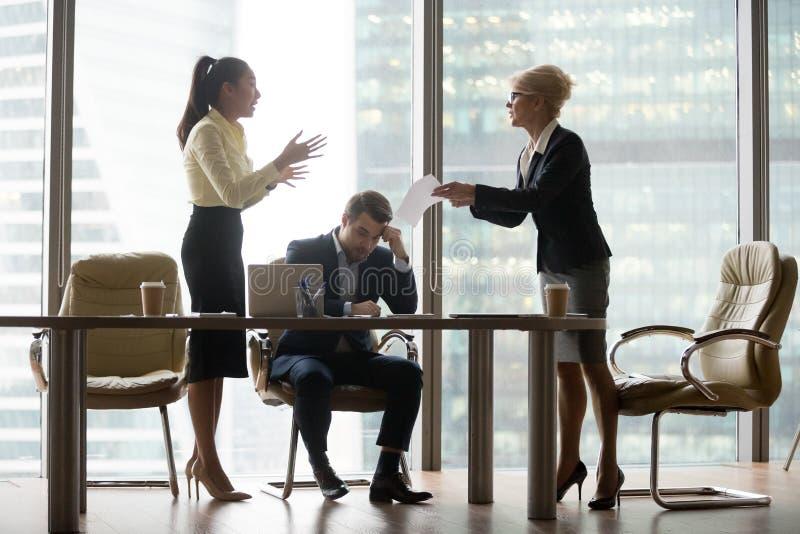 Mulher de negócio descontentada, irritada do diretor que critica o trabalho imagens de stock royalty free