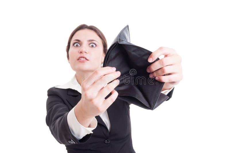 Mulher de negócio desesperada que mostra a carteira vazia foto de stock