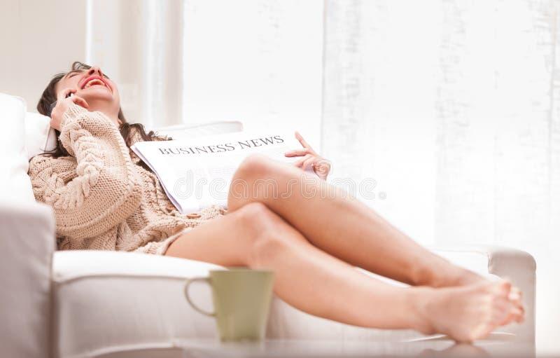 Mulher de negócio divertida por alguém no telefone foto de stock