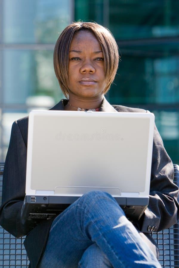 Mulher de negócio do americano africano com computador imagens de stock