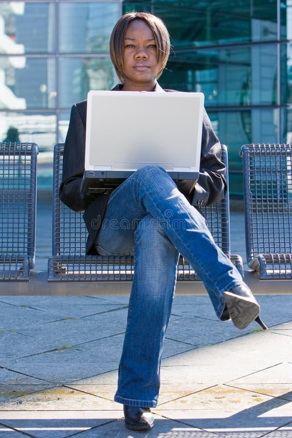 Mulher de negócio do americano africano com computador imagem de stock