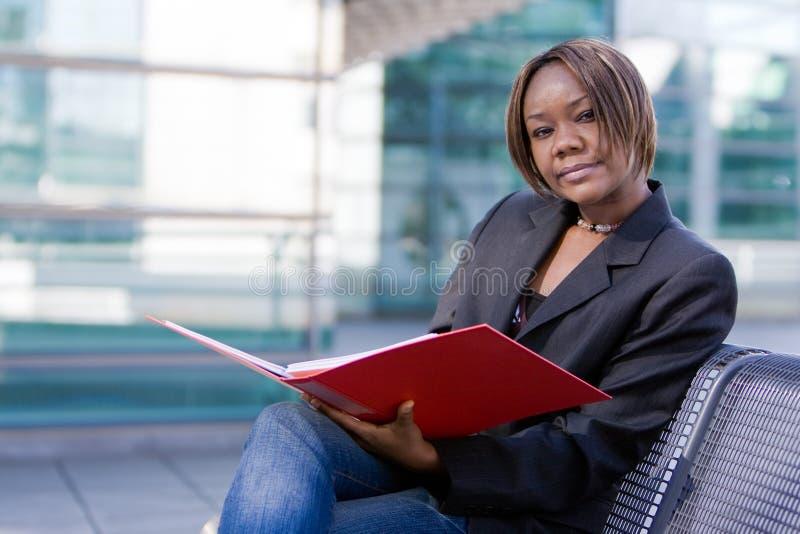Mulher de negócio do americano africano com dobrador imagem de stock