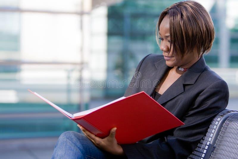 Mulher de negócio do americano africano com dobrador imagens de stock royalty free