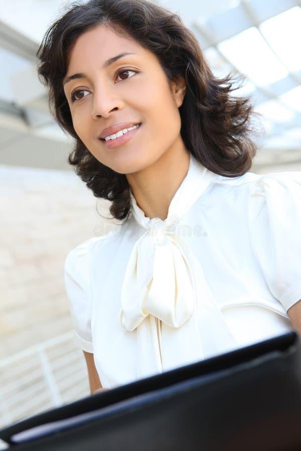 Mulher de negócio do americano consideravelmente africano foto de stock