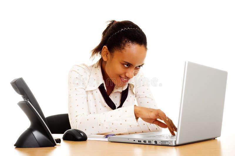 Mulher de negócio do smiley que datilografa no computador foto de stock