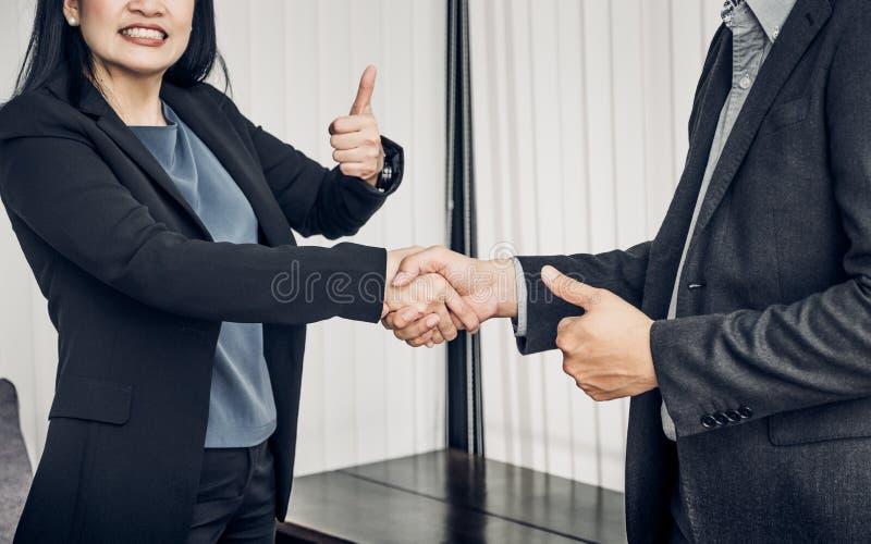 Mulher de negócio do sorriso e homem de negócio que agita a mão e o polegar acima foto de stock royalty free