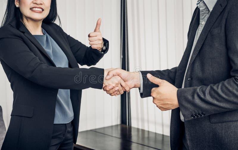 Mulher de negócio do sorriso e homem de negócio que agita a mão e o polegar acima fotos de stock