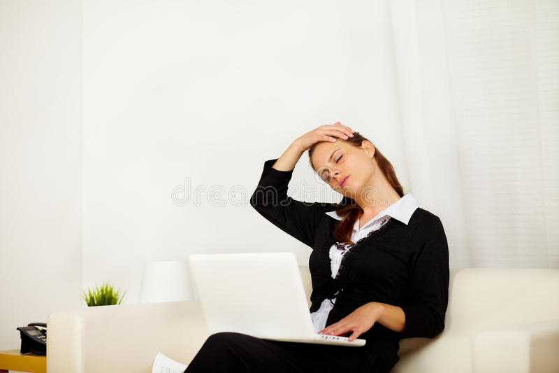Mulher de negócio em casa com dor de garganta foto de stock royalty free