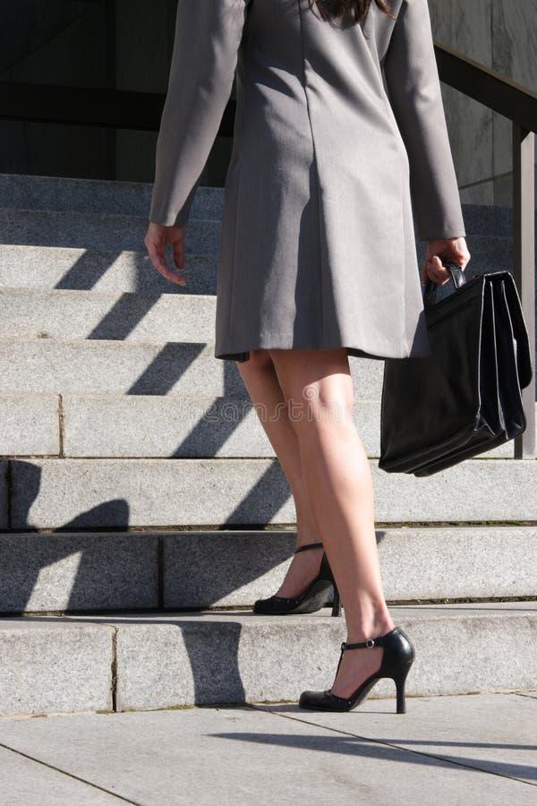 Mulher de negócio em escadas imagens de stock royalty free