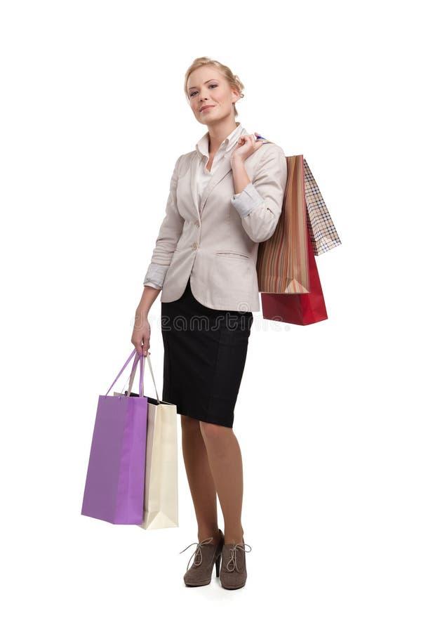 Mulher de negócio em sacos de compra da terra arrendada do terno fotos de stock