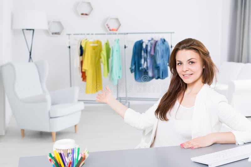 Mulher de negócio em seu império imagens de stock