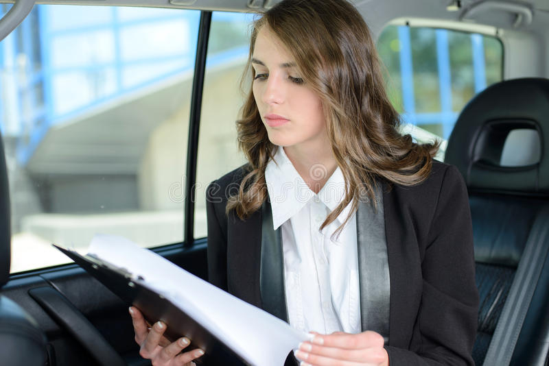 Mulher de negócio em um carro fotos de stock royalty free