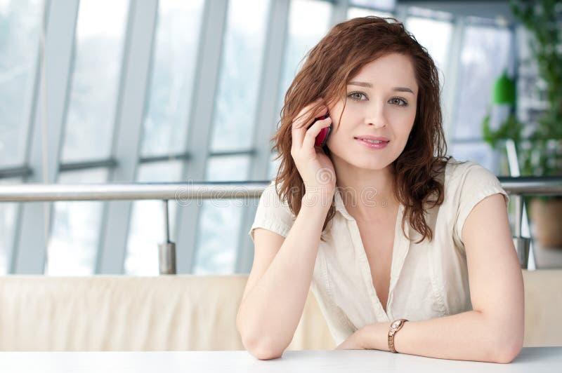 Mulher de negócio emocional com o telefone no café imagens de stock