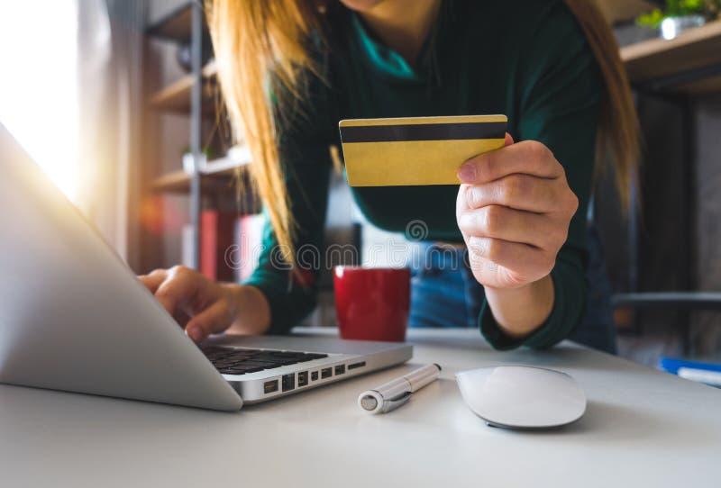 A mulher de negócio entrega usando o smartphone e guardando o cartão de crédito com camada digital foto de stock