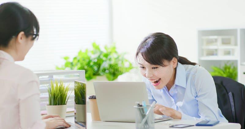 Mulher de negócio entusiasmado e sorriso fotografia de stock royalty free