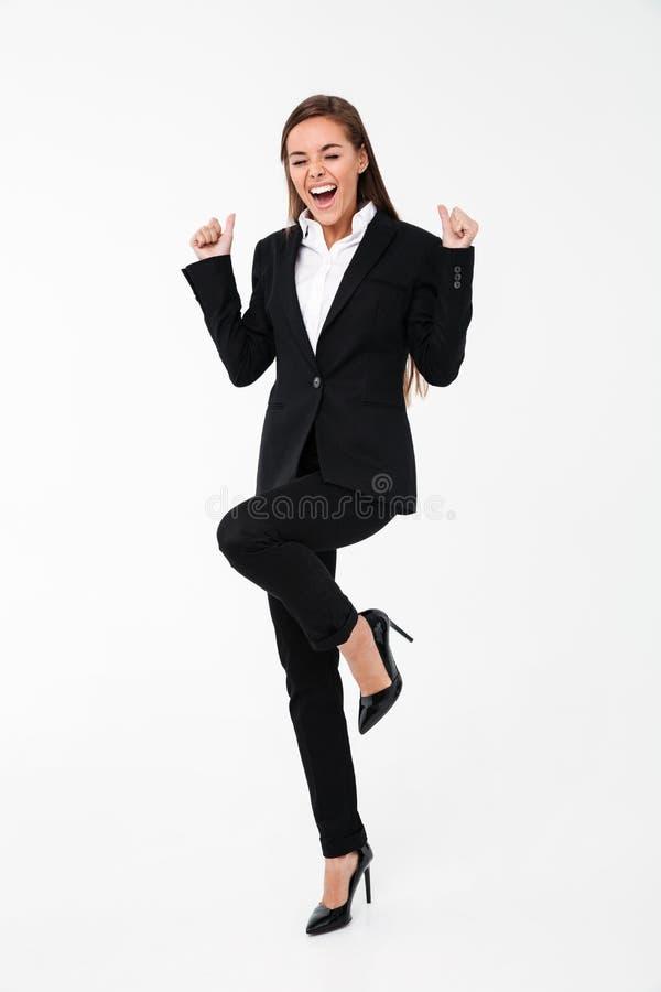 A mulher de negócio entusiasmado gritando faz o gesto do vencedor fotografia de stock