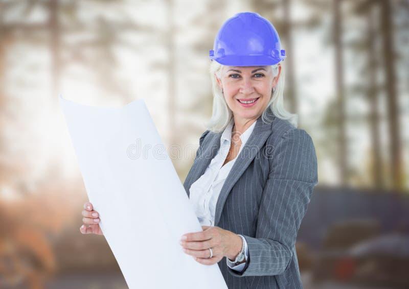 Mulher de negócio envelhecida meio no terreno de construção obscuro imagem de stock