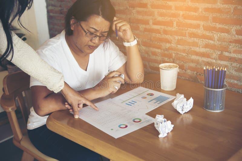 Mulher de negócio esgotada que tem uma situação do esforço Queixe-se pelo chefe foto de stock