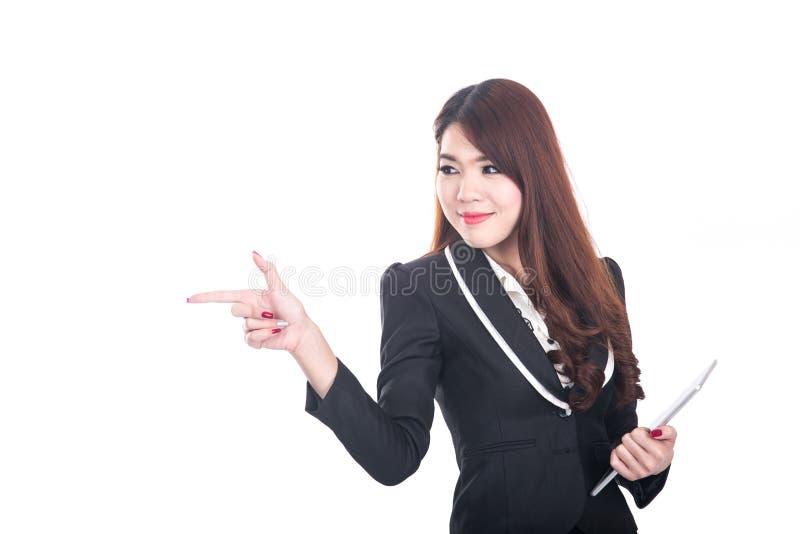 Mulher de negócio esperta de sorriso que aponta ou que apresenta no espaço branco fotos de stock royalty free