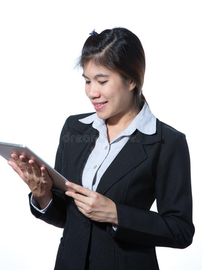 Mulher de negócio esperta de sorriso, conceito usando a tabuleta do computador imagem de stock
