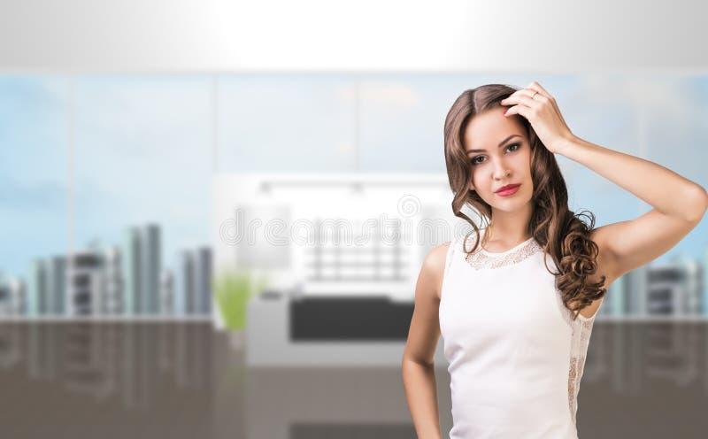 A mulher de negócio está no salão do escritório fotos de stock
