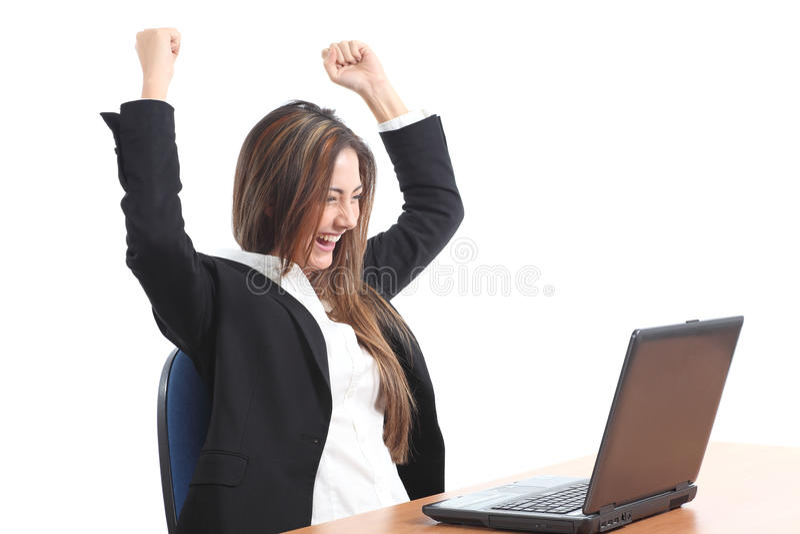Mulher de negócio eufórico que olha um portátil foto de stock