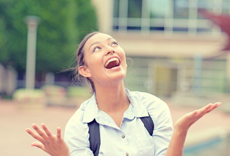 Mulher de negócio feliz bem sucedida com braços que comemora acima a vitória foto de stock