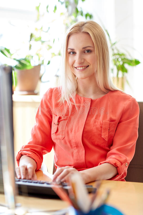 Mulher de negócio feliz com o computador no escritório imagem de stock royalty free