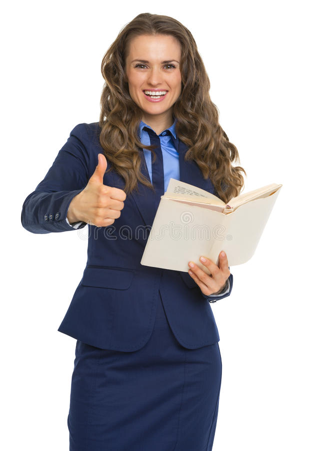 Mulher de negócio feliz com o livro que mostra os polegares acima foto de stock royalty free