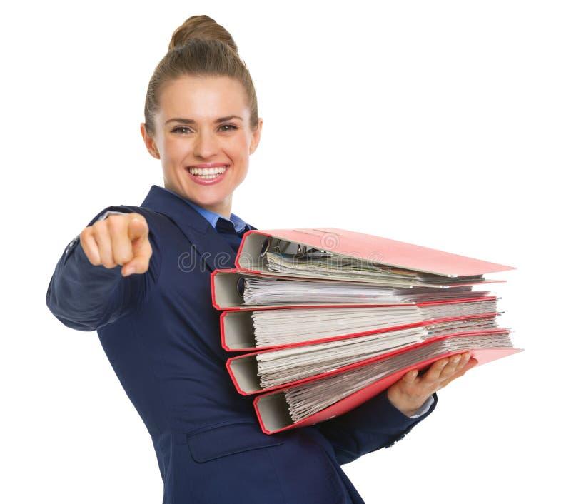 Mulher de negócio feliz com a pilha de originais imagem de stock royalty free