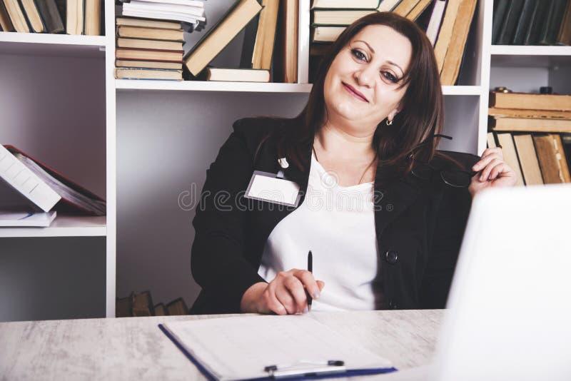 Mulher de negócio feliz na mesa de escritório foto de stock royalty free