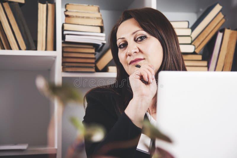 Mulher de negócio feliz na mesa de escritório imagens de stock royalty free