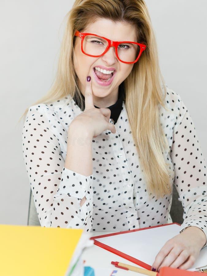 Mulher de negócio feliz no escritório imagem de stock royalty free